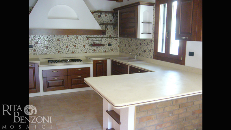 Piano e rivestimento cucina marmo mosaico - Piano cucina marmo ...