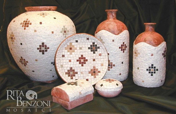 Vasi in terracotta con tessere in marmo
