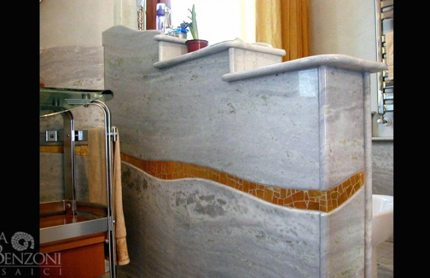 Rivestimento marmo e mosaico oro
