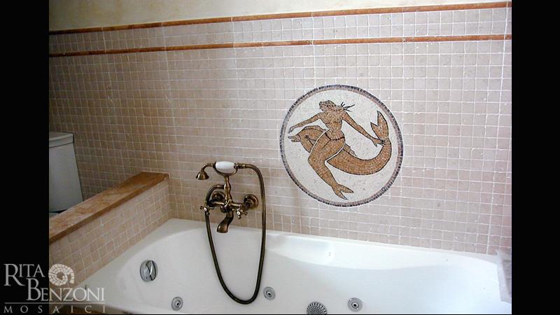 Rivestimento bagno mosaicosirena delfino marmo invecchiato - Bagno con greca ...